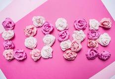 Exprimez l'amour fait de roses de papier, décorations pour la fin rustique blanche de vue supérieure de fond de papier de Saint-V Photo libre de droits