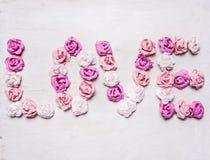 Exprimez l'amour fait de roses de papier, décorations pour la fin rustique blanche en bois de vue supérieure de fond de Saint-Val Photographie stock