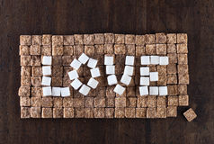 Exprimez l'amour fait de sucres bruns et blancs, vue supérieure Image stock