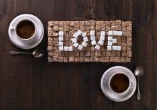 Exprimez l'amour fait de sucres et tasses de café Images stock