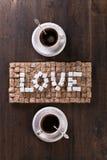 Exprimez l'amour fait de sucres et tasses de café Photos stock