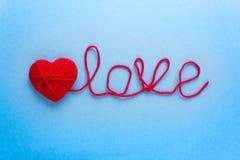 Exprimez l'amour fait en laine et coeur rouge Images stock