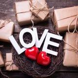 Exprimez l'amour, les boîtes avec des présents et le coeur deux dans n décoratif Photo libre de droits