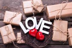 Exprimez l'amour, les boîtes avec des présents et le coeur deux dans n décoratif Photos stock