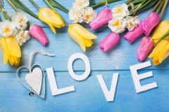 Exprimez l'amour, les fleurs décoratives de coeur et de rose, jaunes et blanches Photos libres de droits