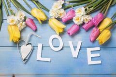 Exprimez l'amour, les fleurs décoratives de coeur et de rose, jaunes et blanches Image libre de droits