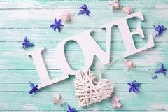 Exprimez l'amour, les petites fleurs roses et violettes, coeur décoratif Image libre de droits