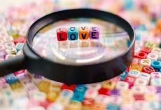 Exprimez l'AMOUR sur la loupe avec le CCB de perles de lettre d'alphabet Photo libre de droits