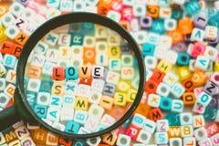 Exprimez l'AMOUR sur la loupe avec le CCB de perles de lettre d'alphabet Images libres de droits