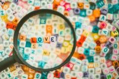 Exprimez l'AMOUR sur la loupe avec le CCB de perles de lettre d'alphabet Images stock