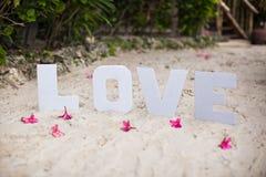 Exprimez l'amour sur la plage sablonneuse à la belle station de vacances Photographie stock