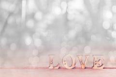 Exprimez l'amour sur la table en bois avec le bokeh blanc Image libre de droits