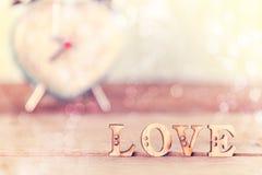 Exprimez l'amour sur la table en bois avec le réveil de coeur, Image libre de droits