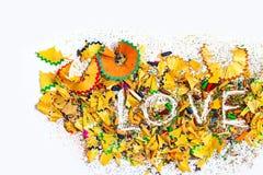 Exprimez l'amour sur le fond du rasage coloré de crayons Image stock
