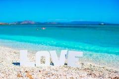 Exprimez l'amour sur le fond tropical de plage de la mer de turquoise et du ciel bleu Photos libres de droits