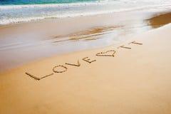 Exprimez l'amour TTT Trinidad-et-Tobago écrit sur le sable de plage en plage de baie de maracas Image stock