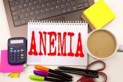 Exprimez l'anémie d'écriture dans le bureau avec des environs tels que l'ordinateur portable, marqueur, stylo, papeterie, café Co photo stock