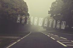 Exprimez l'astigmatisme écrit sur la route de danger un jour brumeux Route thr photo stock