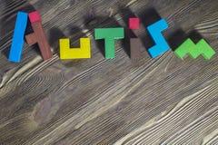 Exprimez l'autisme établi des puzzles en bois sur un fond en bois photo stock