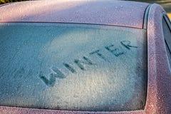 Exprimez l'hiver sur le verre rouge congelé de voiture photographie stock