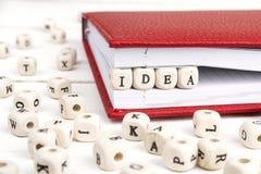 Exprimez l'idée écrite dans les blocs en bois dans le carnet sur t en bois blanc photo libre de droits