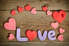Exprimez la composition en amour sur le conseil en bois avec des coeurs Photo libre de droits