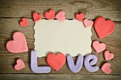 Exprimez la composition en amour sur la surface de conseil en bois et beaucoup de coeurs Photo libre de droits