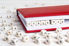 Exprimez la guerre de Cyber écrite dans les blocs en bois dans le carnet rouge sur le blanc photos libres de droits