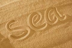 Exprimez la mer dans le sable contre le soleil symbole de concept des vacances images libres de droits