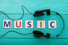 Exprimez la musique avec des écouteurs sur le fond en bois bleu Vue supérieure Voir les mes autres travaux dans le portfolio Copi Photos libres de droits