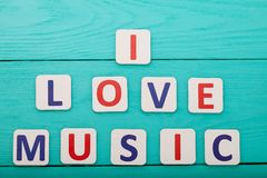 Exprimez la musique d'amour d'I sur le fond en bois bleu Vue supérieure Voir les mes autres travaux dans le portfolio Copiez l'es Photos stock