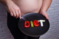 Exprimez la nourriture de régime découpée des légumes du plat dans des mains d'ove photos stock