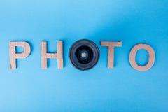 Exprimez la PHOTO faite à partir des lettres de carton sur un fond bleu fait photo à partir du dessus avec la lentille Définition Photos stock