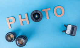 Exprimez la PHOTO faite à partir des lettres de carton sur un fond bleu fait photo à partir du dessus avec la lentille Définition Image libre de droits