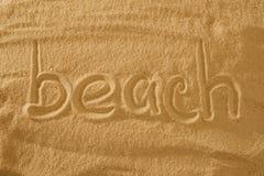Exprimez la plage dans le sable contre le soleil symbole de concept des vacances image libre de droits