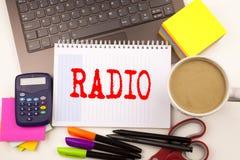 Exprimez la radio d'écriture dans le bureau avec l'ordinateur portable, marqueur, stylo, papeterie, café Concept d'affaires pour  photo stock