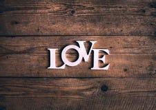 Exprimez le `` amour `` sur de vieilles planches en bois Jour du ` s de St Valentine Photo stock
