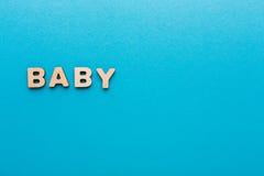 Exprimez le bébé sur le fond bleu, copiez l'espace photo libre de droits