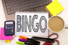 Exprimez le bingo-test d'écriture dans le bureau avec l'ordinateur portable, marqueur, stylo, papeterie, café Concept d'affaires  photos libres de droits