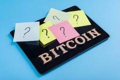 Exprimez le bitcoin dans les lettres abstraites, questions sur des autocollants collés au comprimé Photo stock