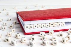 Exprimez le bulletin d'information écrit dans les blocs en bois dans le carnet rouge sur le petit morceau photos libres de droits