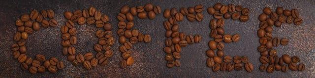 Exprimez le café fait à partir des grains de café, le fond rouillé foncé, v supérieur photographie stock libre de droits