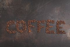 Exprimez le café fait à partir des grains de café, le fond rouillé foncé, v supérieur photo libre de droits