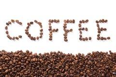 Exprimez le café, haricots rôtis au-dessus du fond blanc photo stock