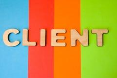 Exprimez le client de grandes lettres en bois sur le fond coloré de 4 couleurs : bleu, orange, rouge et vert Concept de client de Photo libre de droits