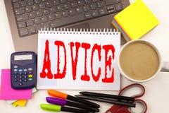 Exprimez le conseil d'écriture dans le bureau avec des environs tels que l'ordinateur portable, marqueur, stylo, papeterie, café  image libre de droits