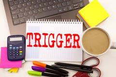 Exprimez le déclencheur d'écriture dans le bureau avec l'ordinateur portable, marqueur, stylo, papeterie, café Le concept d'affai image stock