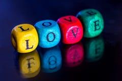Exprimez le ` d'amour de ` des cubes en bois colorés Images stock