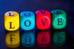 Exprimez le ` d'amour de ` des cubes en bois colorés Image stock