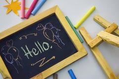 Exprimez le ` de ` bonjour écrit sur le tableau noir avec la craie colorée images libres de droits
